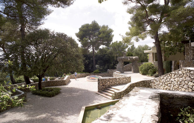 Vue du jardin de la Fondation Maeght Photo Claude Germain © Fondation Maeght © ADAGP, Paris, 2014, MIRO Joan : © Successió Miró / ADAGP, Paris, 2015